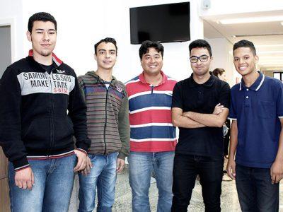 Gabriel, Matheus, Lucas e Eliakin puderam aprender com o gerente de TI Célio no programa de estágio.