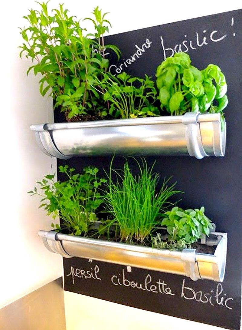 Mini horta feito com calhas na parede