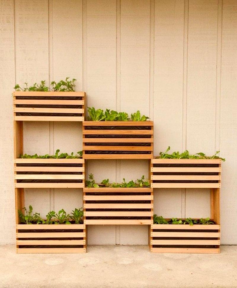 Horta em casa com caixotes na vertical