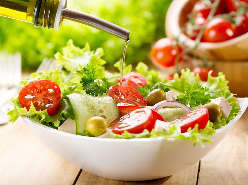 Saladas frescas para a refeição feito em casa
