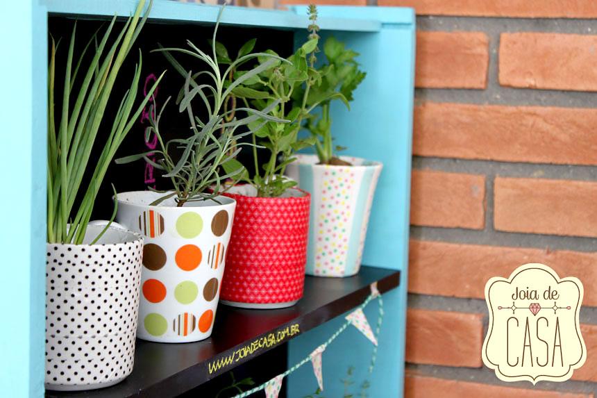 Mini horta com xícaras e canecas antigas