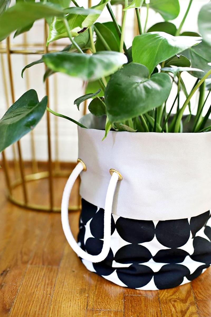Utilize um tecido neutro e um estampado na confecção do cachepot para este efeito elegante e de muito bom gosto. (Foto: Jardim das Ideias)