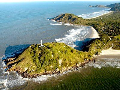 Ilha do Mel com vista para o Farol das Conchas