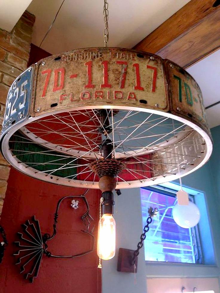 Luminária feito com placas e roda de bicicleta