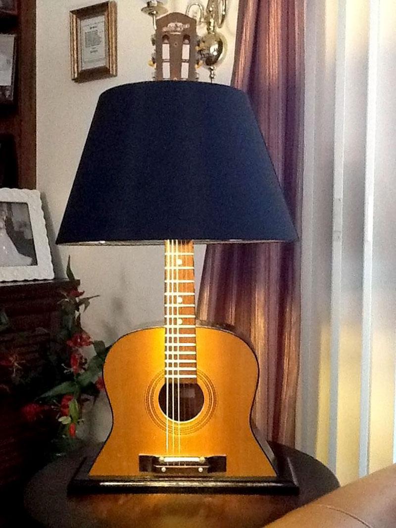 Luminária feita com violão