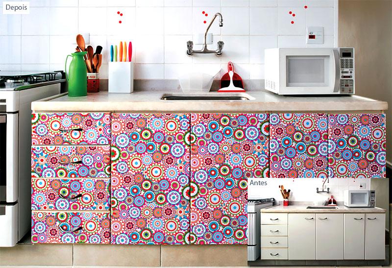 Armário de cozinha colorido adesivado