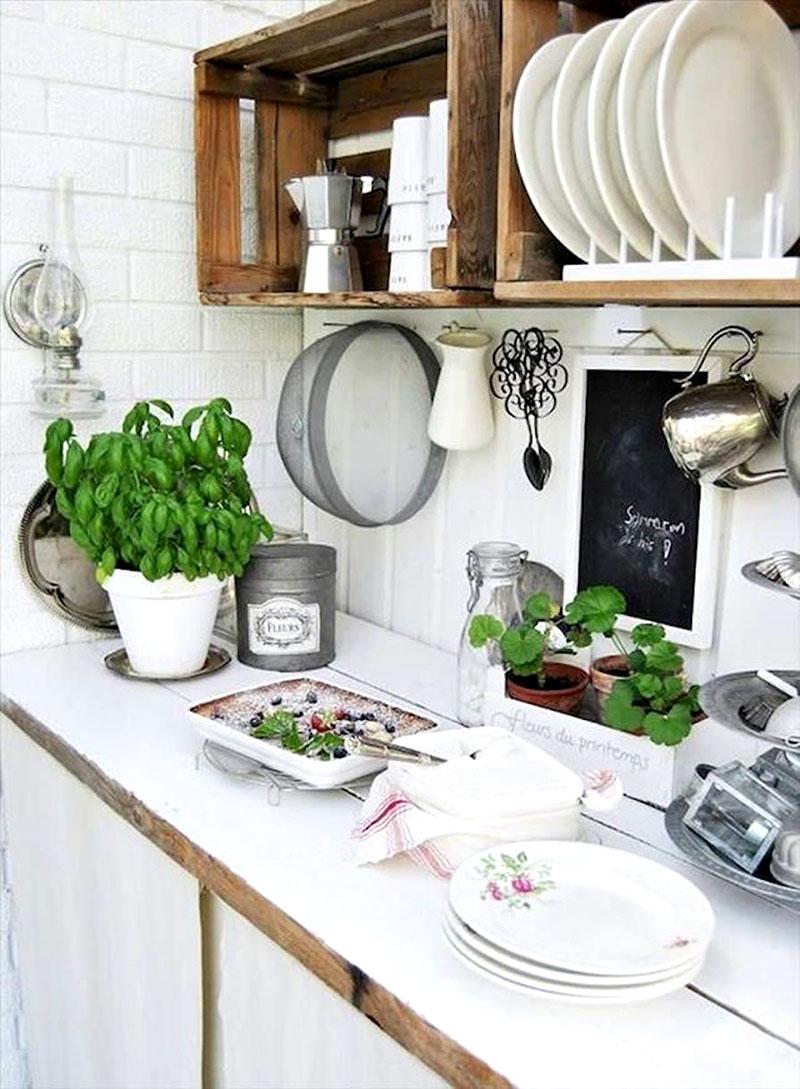 Armário feito com caixotes para parede da cozinha