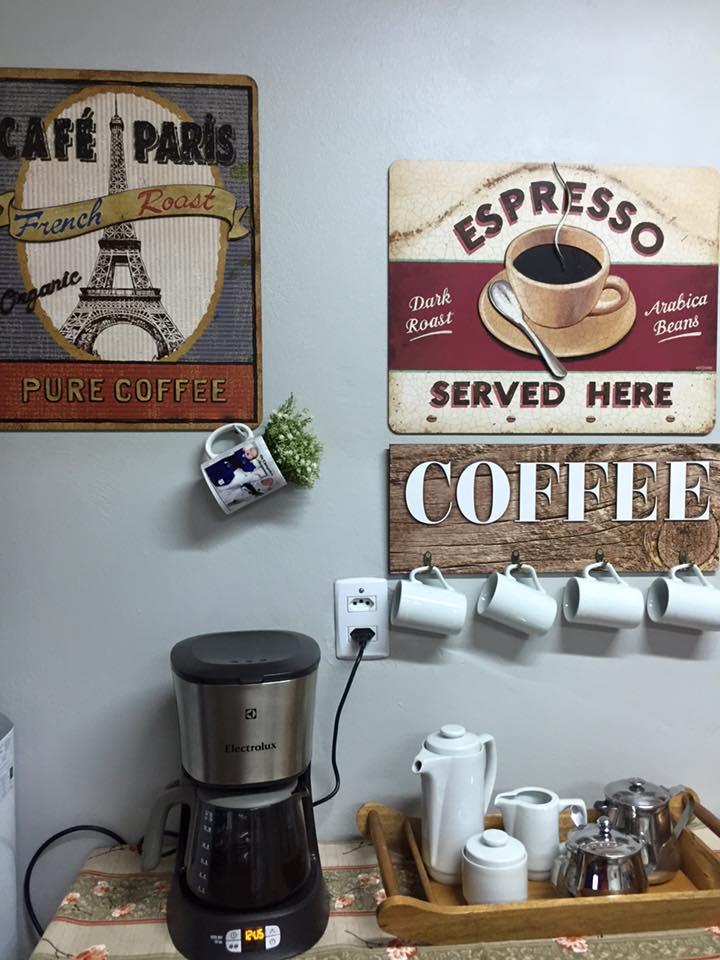 Cantinho do café com quadros