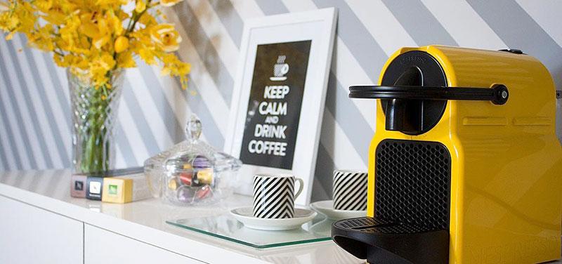 Espaço café com objetos de decoração