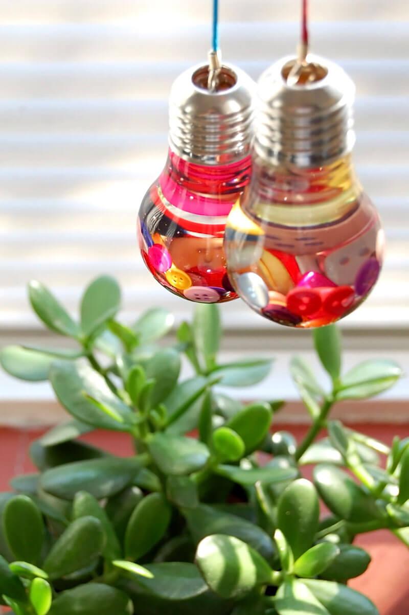 Botões coloridas em lâmpada decorativa