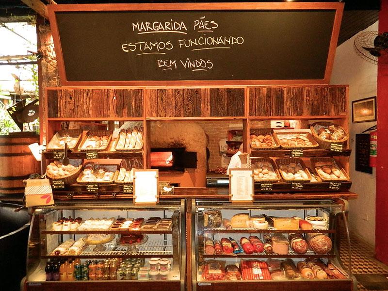 Pães e massas no restaurante Margarida em Paraty