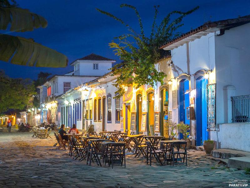 Lojas de artesanato e bares em Paraty