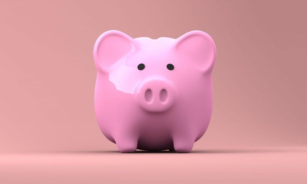 Porquinho de dinheiro economizando